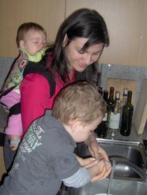 Με δύο μικρά παιδιά, ο μάρσιπος πολύτιμη βοήθεια