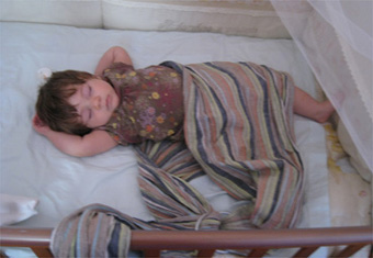 Μωράκι που αποκοιμήθηκε στην αγκαλιά με ring sling
