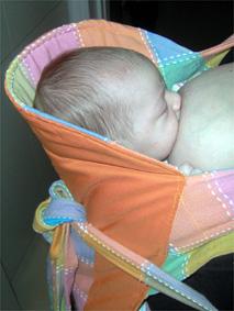 Θηλασμός μωρού σε μάρσιπο mei tai