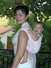 Μωρό 8,5 μηνών ψηλά στην πλάτη με μάρσιπο sling
