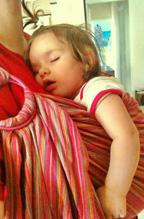 Ευτυχισμένα και άνετα μωράκια σε μαρσιπο αγκαλιάς