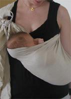Μωράκι ξαπλωμένο σε μάρσιπο sling με κρίκους
