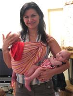 Φορώντας το ένα μωρό, κρατώντας το άλλο!