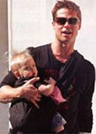 Ο Brad Pitt φοράει το μωρό του με μάρσιπους αγκαλιάς