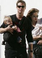 Ο Brad Pitt και η Angelina Jolie φοράνε τα μωρά τους με μάρσιπους