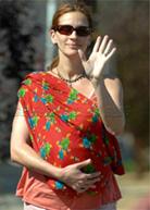 Η Julia Roberts φοράει το μωρό της με μάρσιπους αγκαλιάς