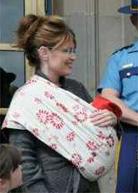 Η Sarah Palin φοράει το μωρό της με μάρσιπους αγκαλιάς