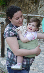 Όμορφη αγκαλιά με babywearing