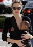 Η Angelina Jolie φοράει το μωρό της με μάρσιπους αγκαλιάς