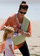 Η Brook Shields φοράει το μωρό της με μάρσιπους αγκαλιάς