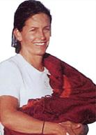 Η Courtney Cox φοράει το μωρό της με μάρσιπους αγκαλιάς