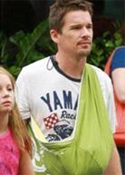 Ο Ethan Hawke φοράει το μωρό του με μάρσιπους αγκαλιάς