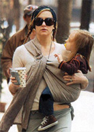 Η Kate Hudson φοράει το μωρό της με μάρσιπους αγκαλιάς