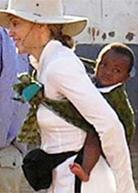 Η Madonna φοράει το μωρό της με μάρσιπους αγκαλιάς