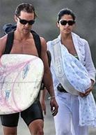 Ο Matthew Mcconaughey και η Camilla Alves φοράνε το μωρό τους με μάρσιπους αγκαλιάς