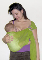 Θηλασμός μωρού σε όρθια θέση, ιδανική για μωρά με παλινδρόμηση