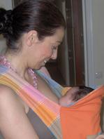 Μωράκι που κοιμήθηκε θηλάζοντας στο μάρσιπο mei tai