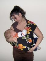 Θηλασμός στο Pouch με τα πόδια του μωρού έξω