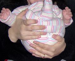 Ποδαράκια διπλωμένα στην κοιλιά του μωρού για σωστή τοποθέτηση του βάρους
