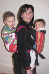 Κουβαλώντας δύο παδιά μαζί σε μάρσιπο αγκαλιάς