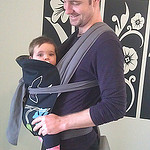 Μπαμπάς με το μωράκι του σε μάρσιπο sling