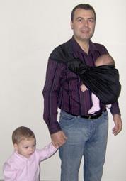 Ο μπαμπάς με τα παιδιά του, στην αγκαλιά του η νεογέννητη κόρη του