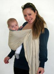 Μωράκι στην όρθια θέση με τα πόδια έξω σε μαρσιπο sling