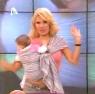 Η Ελένη Μενεγάκη, στην εκπομπή της, στην τηλεόραση του Alpha, με μάρσιπο αγκαλιάς sling