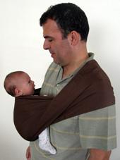 Ο μπαμπάς και το νεογέννητο μωρό του κοιτάζονται στα μάτια σε μάρσιπο αγκαλιάς Αστεράκι