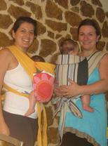 Φίλες με τα μωρά τους σε μάρσιπο αγκαλιάς