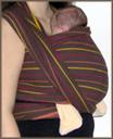 Όρθιο μωράκι σε υφαντό μάρσιπο με διπλό σταυρό