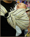 Όρθιο με τα πόδια έξω - από νεογέννητο, ιδανική θέση για σφιχτά ή χαλαρά ισχία του μωρού