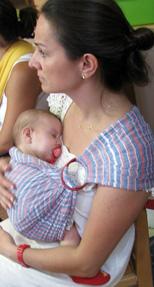 Ήρεμο μωρό σε sling