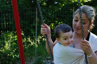 Κούνια με το μωρό στην αγκαλιά!