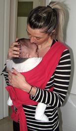 Η μαμά φιλάει το μωρό της με αγάπη