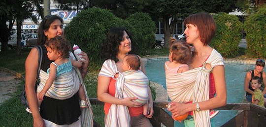 Μαμάδες με τα μωρά τους σε μάρσιπο Αστεράκι