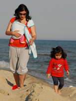 Με νεογέννητο μωρό στη θάλασσα