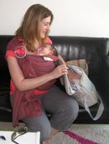 Με το μωρό στο μάρσιπο, έτοιμη για αναχώρηση