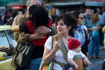 Με το μωρό στο μάρσιπο νιώθεις ασφάλεια ακόμα και μέσα στο πλήθος