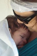 Στοργή και τρυφερότητα ανάμεσα στη μαμά και και το μωρό της
