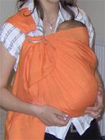 Μωράκι σε μάρσιππο αγκαλιάς