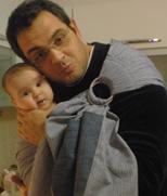 Μπαμπάς αγκαλιά με το μωρό του