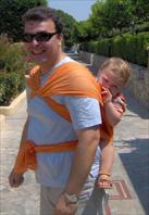 Ο Βασίλης, στην πλάτη του μπαμπά του, σε μάρσιπο wrap