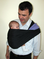 Ο μπαμπάς φοράει το μωρό του με αγάπη και δένονται!