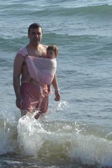 """Μπαμπάς και μωρό στη θάλασσα!"""" title=""""Μπαμπάς και μωρό στη θάλασσα με αντηλιακό μαρσιπο!"""