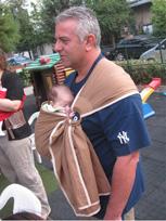 Μπαμπάς με το μωράκι του σε μάρσιπο