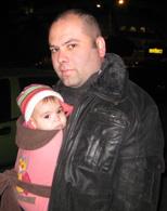 Ο μπαμπάς με το κοριτσάκι του αγκαλιά