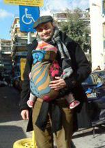 Ο μπαμπάς με το μωρό του σε χειροποίητο μάρσιπο