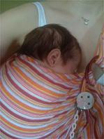 Σε μάρσιπο αγκαλιάς το μωρό μαθαίνει να ηρεμεί μόνο του και να μην κλαίει