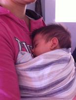 Μωράκι κοιμάται ήσυχο σε μάρσιπο αγκαλιάς σλινγκ